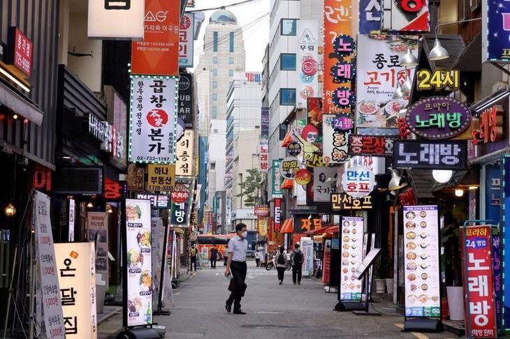 Đường phố Seoul vắng vẻ vì giãn cách xã hội hôm 12/7 - Ảnh: Reuters.
