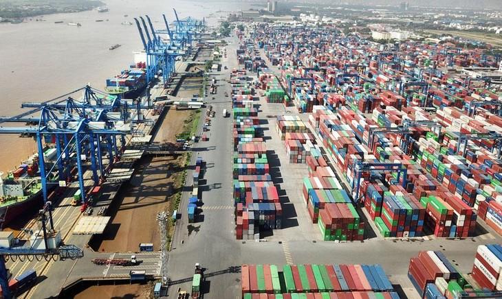 6 tháng đầu năm 2021, khối lượng hàng container thông qua cảng biển tăng 25% so với cùng kỳ năm 2020, mức tăng cao nhất trong vài năm trở lại đây. Ảnh: Lê Tiên