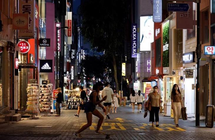 Đường phố Seoul hôm 12/7, khi các quy định giãn cách xã hội để phòng chống dịch Covid-19 đang được áp dụng - Ảnh: Reuters.