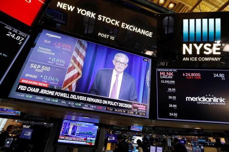 Một màn hình TV lớn đang phát bản tin về cuộc họp báo của Chủ tịch Fed Jerome Powell, tại sàn giao dịch chứng khoán NYSE ở New York ngày 28/7 - Ảnh: Reuters.