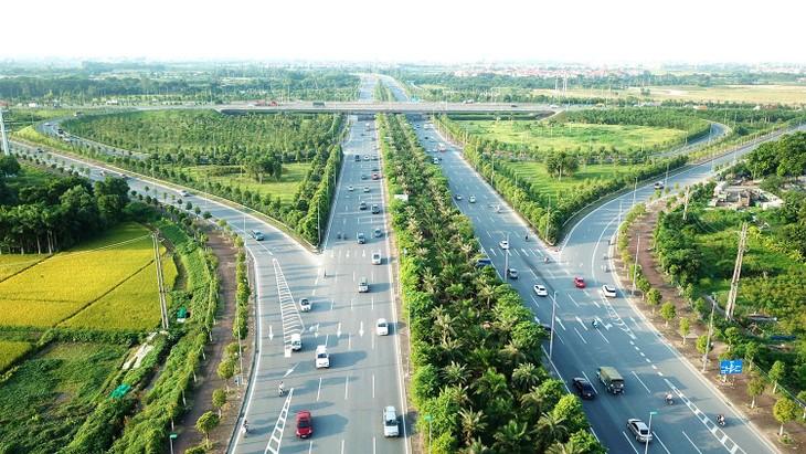 HaNoiParkco đang trong thời gian thực hiện hợp đồng 3 gói thầu thuộc Dự án Quản lý, duy trì hệ thống cây xanh, thảm cỏ trên địa bàn các quận, huyện của Hà Nội năm 2020 - 2024. Ảnh: Nhã Chi