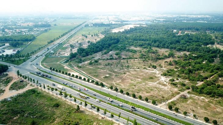 Tuyến đường Vành đai 3 TP.HCM dự kiến hoàn thành trước năm 2020 nhưng mới chỉ có 16,3 km trên địa phận tỉnh Bình Dương được đưa vào khai thác. Ảnh: Song Lê
