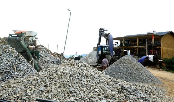 Nhiều địa phương đang thực hiện giãn cách xã hội nên việc vận chuyển vật tư cho các công trình rất khó khăn. Ảnh: Tiên Giang