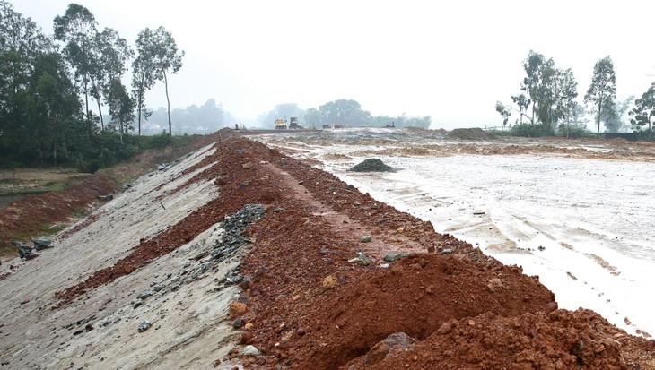 Tổng nhu cầu đất đắp xây dựng đoạn cao tốc Cam Lộ - La Sơn là 1,99 triệu m3 nhưng trữ lượng các mỏ đã được cấp phép khai thác chỉ đáp ứng 25%. Ảnh: Trí Nguyễn