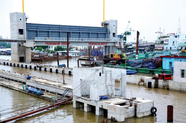 Dự án Giải quyết ngập do triều khu vực TP.HCM (giai đoạn 1) là dự án cấp bách, quan trọng, đã hoàn thành trên 90% khối lượng nhưng hiện dừng thi công. Ảnh: Lê Tiên