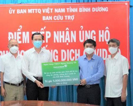 Ông Nguyễn Văn Lộc, Chủ tịch Ủy ban Mặt trận Tổ quốc tỉnh Bình Dương (thứ 2 từ phải sang) đại diện lãnh đạo tỉnh Bình Dương tiếp nhận kinh phí ủng hộ phòng chống dịch của Vietcombank