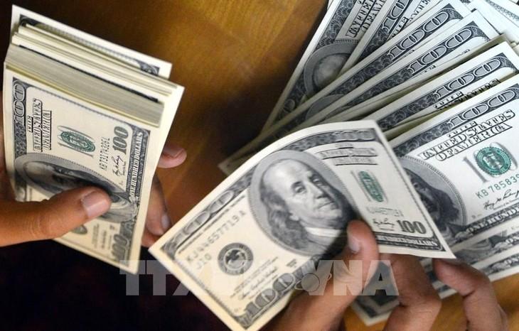 Tại các ngân hàng thương mại, sáng nay, giá đồng USD tiếp tục giảm mạnh. Ảnh: TTXVN phát