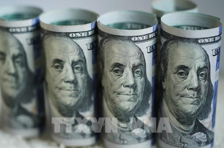Tại các ngân hàng thương mại sáng nay, giá đồng USD và Nhân dân tệ (NDT) tiếp tục xu hướng giảm. Ảnh: TTXVN phát