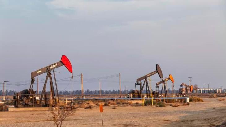 Giá dầu tăng vọt gần 6%, chấm dứt chuỗi 7 phiên giảm liên tiếp