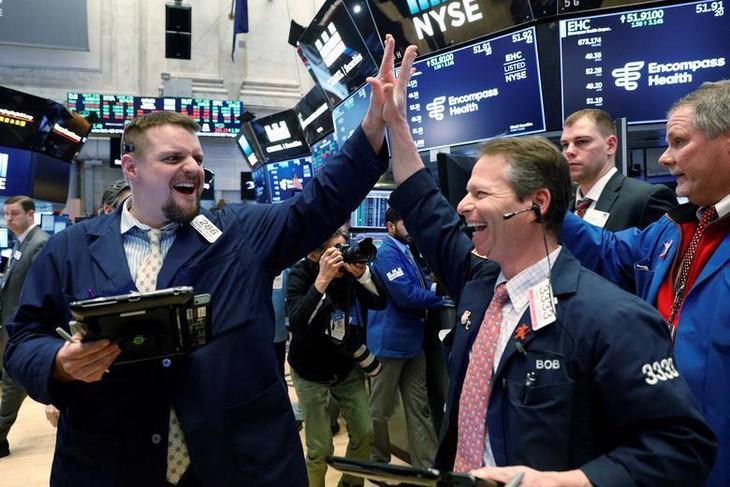 S&P 500 và Nasdaq đồng loạt lập kỷ lục mới nhờ lạc quan về tiêm chủng