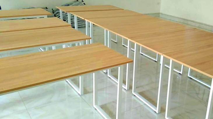 Trên thị trường, bàn ghế học sinh cấu tạo ván cao su ghép, khung sơn tĩnh điện giá phổ biến 1.500.000 - 1.800.000 đồng/bộ. Ảnh minh họa: Tiên Giang