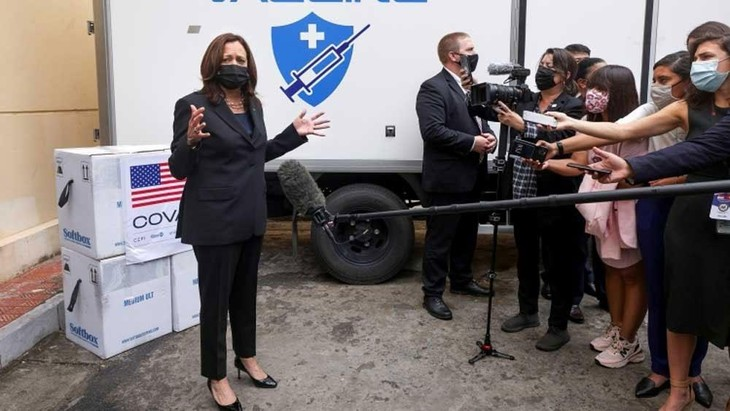 Phó Tổng thống Kamala Harris tới Viện Vệ sinh Dịch tễ Trung ương chứng kiến đợt trao 270.000 liều vaccine Pfizer. Ảnh: Reuters