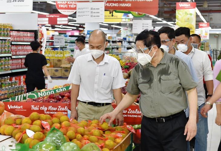 Thủ tướng Chính phủ Phạm Minh Chính thị sát tại một siêu thị trên đường Lê Văn Việt, TP. Thủ Đức trong chuyến kiểm tra công tác phòng, chống dịch Covid-19 tại TP.HCM ngày 26/8/2021. Ảnh: Quý Bắc