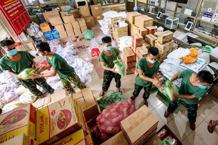 """Với tinh thần không để người dân thiếu nhu yếu phẩm, cơ quan chức năng địa phương phối hợp cùng lực lượng quân đội đã nhanh chóng triển khai kế hoạch """"Đi chợ giúp dân"""""""