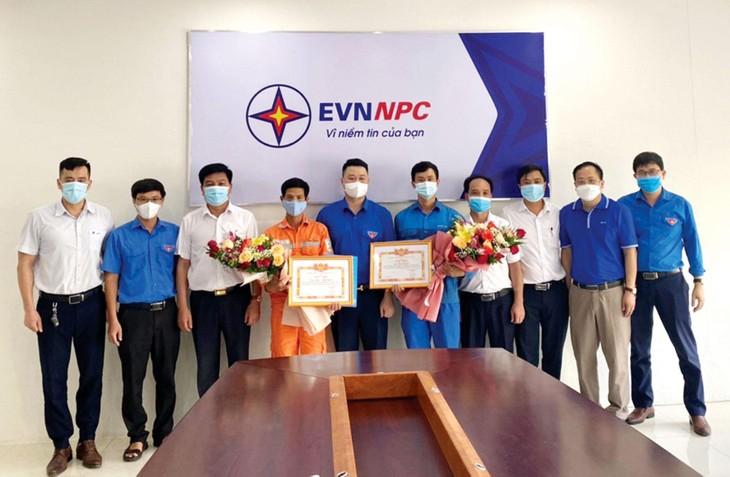 Đồng chí Hà Đức Minh, Ủy viên Ban Thường vụ Trung ương đoàn, Tỉnh ủy viên, Bí thư Tỉnh đoàn Lào Cai (đứng giữa) khen tặng đoàn viên Nguyễn Trung Thành