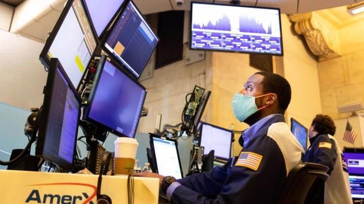 Các nhà giao dịch cổ phiếu trên sàn NYSE ở New York hôm 3/8 - Ảnh: Bloomberg.