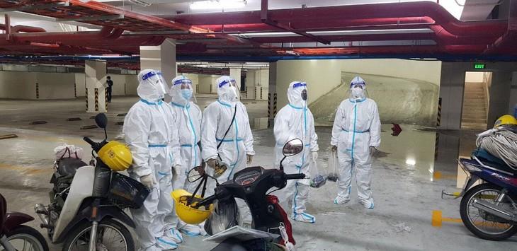 Nhóm công tác thuộc Đội quản lý lưới điện 2, Công ty Điện lực Thủ Đức (TP.HCM) chuẩn bị thi công cấp điện cho bệnh viện dã chiến trên địa bàn
