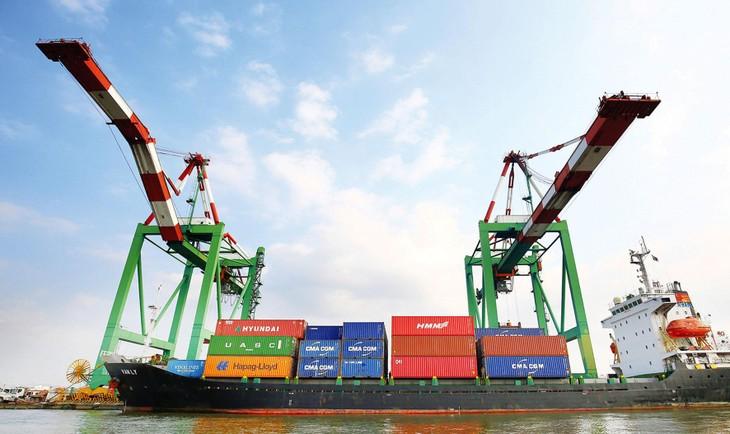 Thương mại toàn cầu được cải thiện sẽ hỗ trợ cho hoạt động xuất nhập khẩu của Việt Nam trong những tháng cuối năm 2021. Ảnh: Lê Tiên