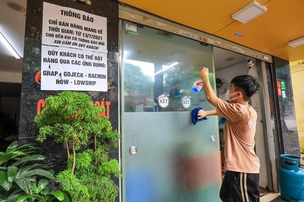 Một quán ăn chuẩn bị để bán hàng trở lại. (Nguồn: Vietnam+)