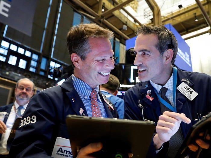 Chứng khoán Mỹ tăng vọt phiên thứ hai liên tiếp, giá dầu đạt đỉnh 2 tháng
