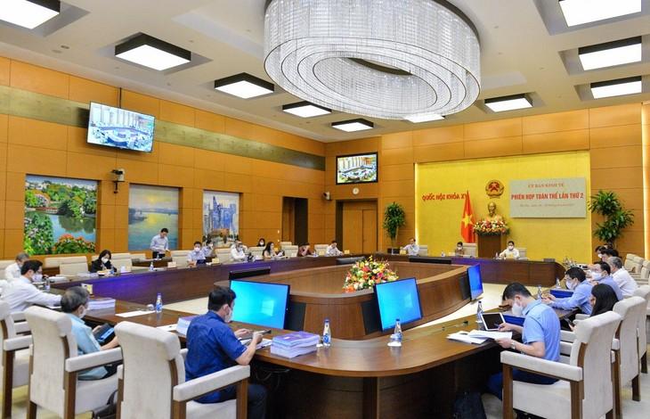 Tại phiên họp ngày 28/9, các đại biểu đã cho ý kiến thẩm tra về Dự án Luật Kinh doanh bảo hiểm (sửa đổi). Ảnh: Bùi Hùng