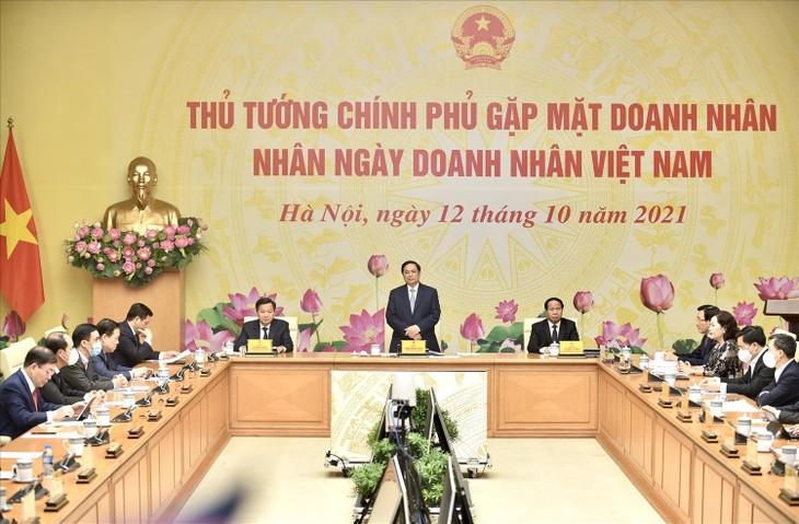 Thủ tướng Chính phủ gặp mặt doanh nhân nhân Ngày Doanh nhân Việt Nam (13/10) để ghi nhận, biểu dương những đóng góp, lắng nghe những mong muốn, nguyện vọng của cộng đồng doanh nhân và khẳng định tiếp tục chia sẻ, đồng hành với đội ngũ doanh nhân Việt Nam. Ảnh: VGP/Nhật Bắc