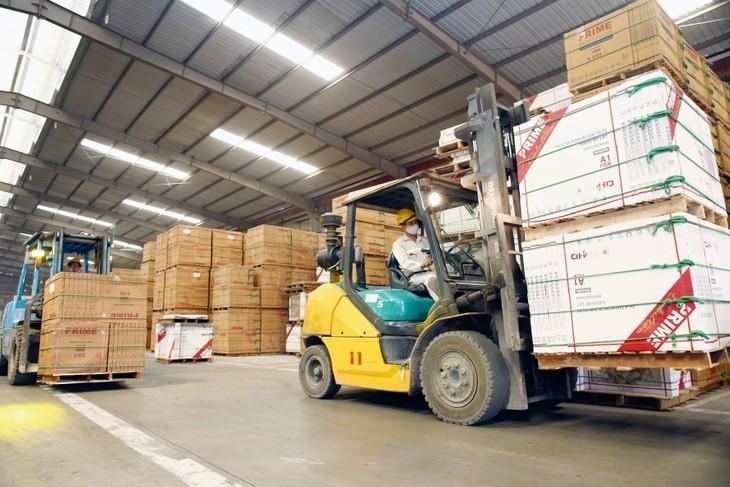 Việc kiềm chế lạm phát chịu sức ép lớn trước đà tăng của giá cả hàng hóa nhập khẩu, tổng cầu hàng hóa trên thị trường nội địa và thị trường xuất khẩu tăng. Ảnh: Nhã Chi