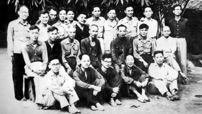 Hồ Chủ tịch và toàn thể Hội đồng Chính phủ, Phó Thủ tướng Phạm Văn Đồng bá vai ông Phan Anh và đồng chí Đặng Việt Châu (người thứ 4 từ phải sang) Ảnh chụp cuối năm 1950