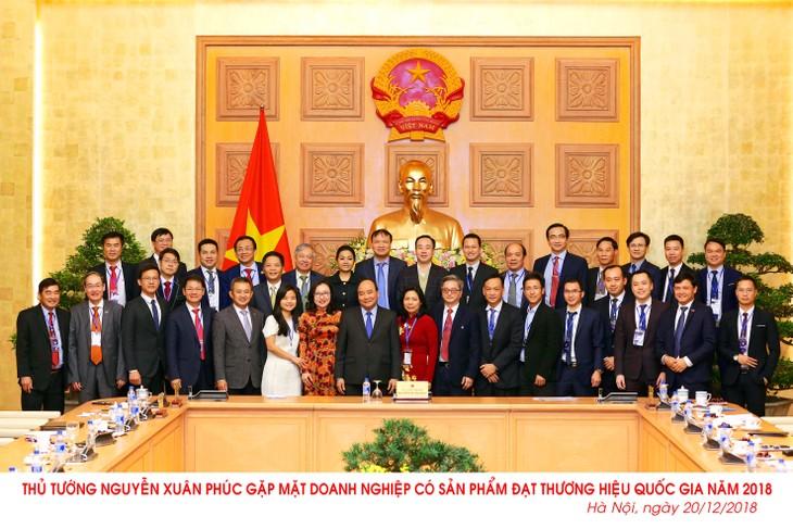 Thủ tướng Nguyễn Xuân Phúc chụp ảnh lưu niệm cùng các doanh nghiệp