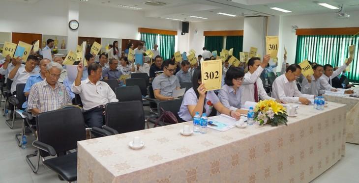 Hoạt động bỏ phiếu tại buổi họp ĐHĐCĐ ở một doanh nghiệp vào năm 2018. Ảnh: Internet