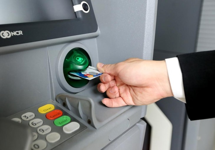 Tiếp tục giảm phí giao dịch ngân hàng từ 1/8. Ảnh: Internet