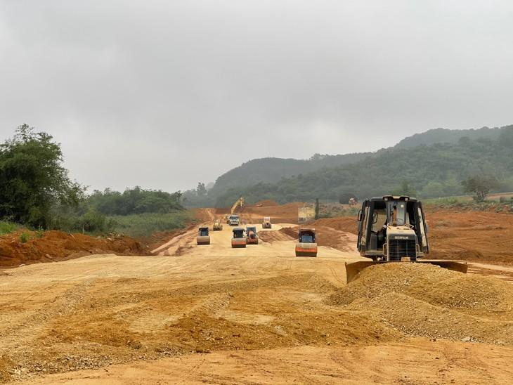Thiếu nguồn cung ứng vật liệu đang gây chậm trễ thi công nhiều tuyến đường. Ảnh: Internet