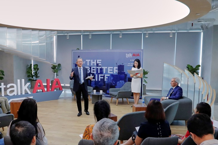 Ông Ng Keng Hooi chia sẻ thông tin với báo chí