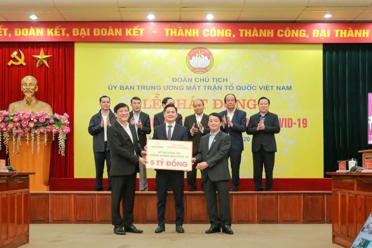 Thủ tướng Nguyễn Xuân Phúc và các đại biểu chứng kiến đại diện Tập đoàn Hưng Thịnh trao bảng tượng trưng 5 tỷ đồng ủng hộ công tác phòng, chống dịch Covid-19