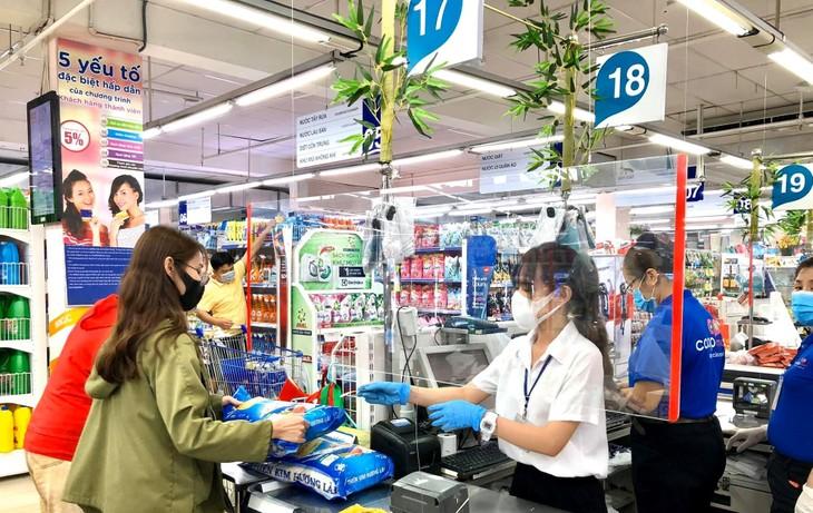 Một số siêu thị tại TP.HCM đã lắp thêm tấm chắn trước quầy thu ngân để đảm bảo an toàn tối đa cho khách hàng