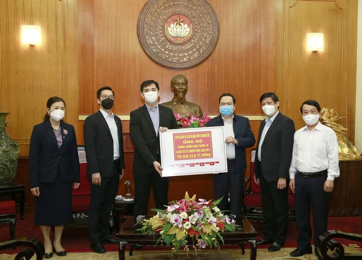 Đại diện CapitaLand Việt Nam trao chứng nhận tài trợ cho đại diện Ủy ban Trung ương Mặt trận Tổ quốc Việt Nam và Bộ Y tế vào ngày 7/4/2020