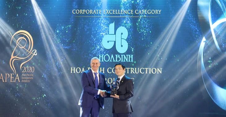Ông Lê Viết Hải, Chủ tịch HĐQT Tập đoàn Xây dựng Hòa Bình, đại diện Công ty nhận giải Doanh nghiệp xuất sắc Châu Á