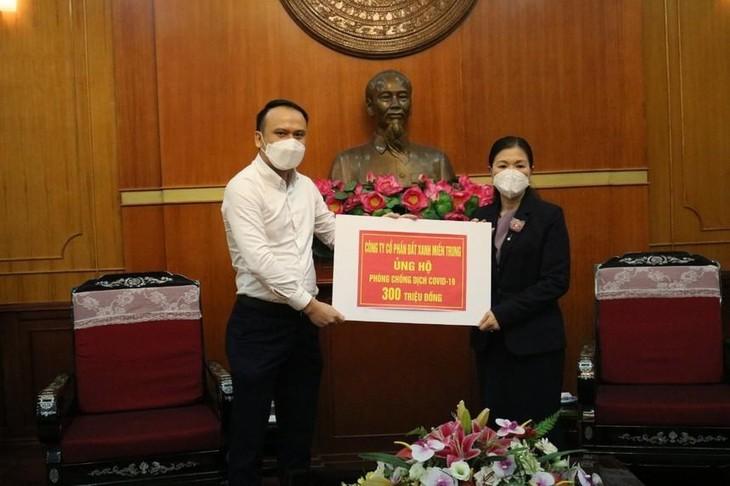 Đại diện Đất Xanh Miền Trung trao 300 triệu đồng cho Quỹ phòng chống dịch COVID-19 vào tháng 4/2020