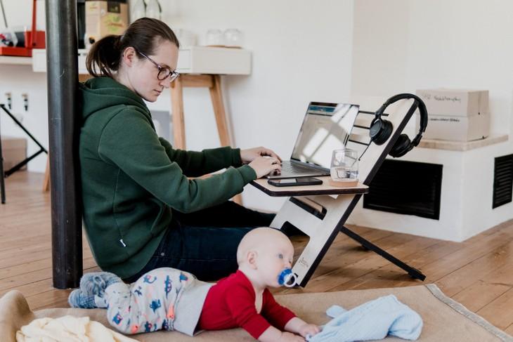 """Không phải ai cũng có không gian đủ tốt để làm việc tại nhà nên nhiều người lao động cảm thấy bế tắc trong một """"ngày dài vô tận"""" khi không đến văn phòng để làm việc"""