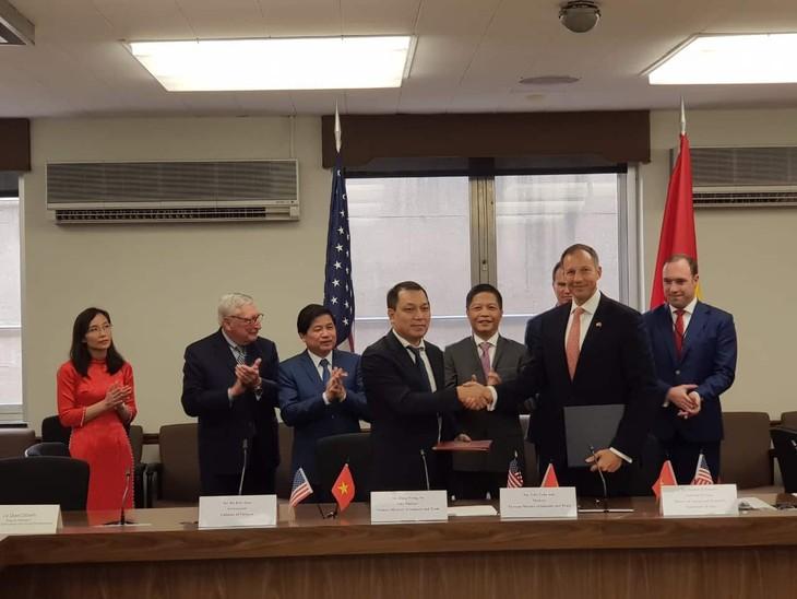 Đại diện Bộ Công Thương Việt Nam và Bộ Ngoại giao Hoa Kỳ ký kết Bản ghi nhớ đối tác hợp tác năng lượng toàn diện (ảnh: MOIT)