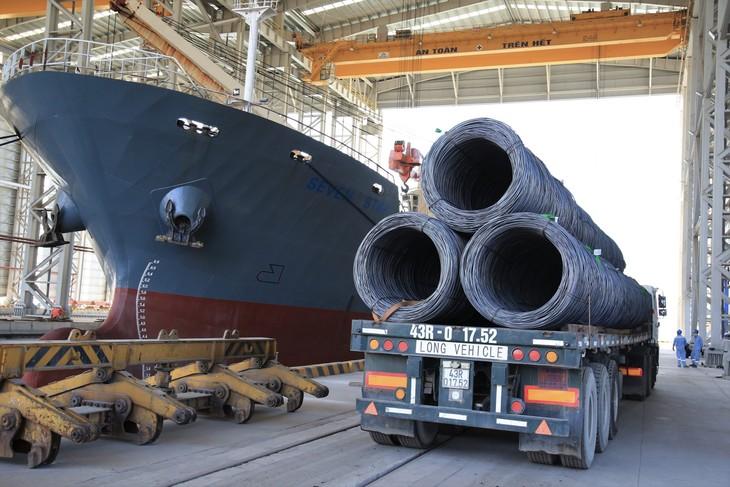 Xuất thép thành phẩm tại cảng Hòa Phát Dung Quất (ảnh: TN)