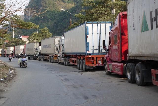Xe container xếp hàng chờ thông quan tại cửa khẩu (ảnh: Internet)