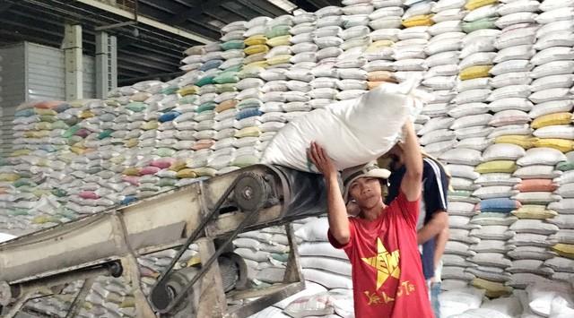 Theo Bộ Công Thương, hiện lượng gạo tồn kho của doanh nghiệp vẫn rất lớn (ảnh: Internet)