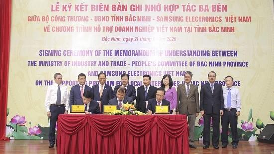 Lãnh đạo Chính phủ cùng đại diện hai bên chứng kiến lễ ký kết Biên bản ghi nhớ Chương trình hỗ trợ doanh nghiệp Việt Nam giữa Bộ Công Thương, UBND tỉnh Bắc Ninh và Công ty TNHH Samsung Electronics Việt Nam (ảnh: HH)