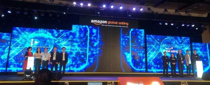 """Đại diện Cục Thương mại điện tử và Kinh tế số (IDEA) thuộc Bộ Công Thương và đại diện Amazon Global Selling khởi xướng Chương trình """"Kỷ nguyên bứt phá, hàng Việt vươn xa"""" để đưa hàng Việt ra thế giới."""