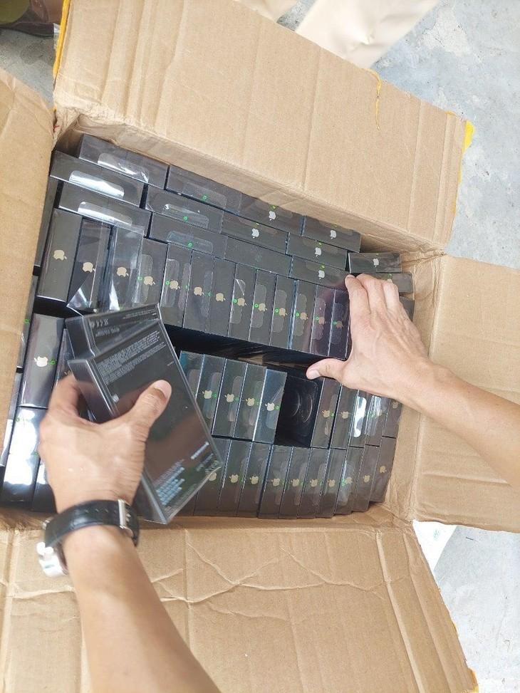 Một trong số các thùng carton được chức năng phát hiện bên trong có 7.598 cái điện thoại di động các loại gồm các nhãn hiệu: iPhone, Samsung... có dấu hiệu nhập lậu (ảnh: MOIT)
