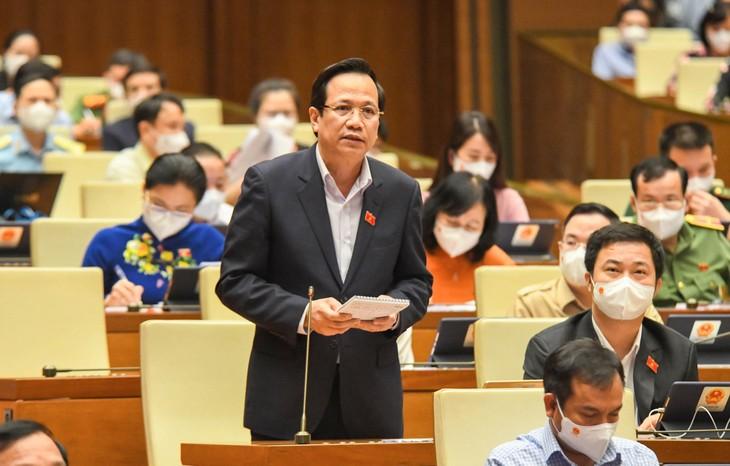 Bộ trưởng Bộ Lao động, Thương binh và Xã hội Đào Ngọc Dung báo cáo trước Quốc hội (ảnh: QH)