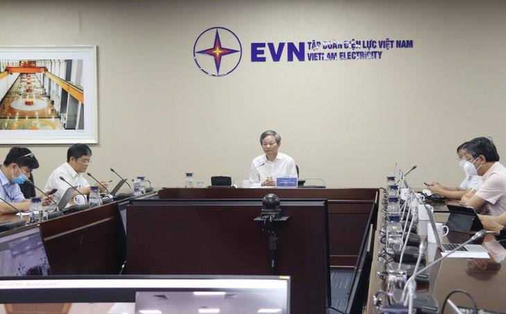 Ông Trần Đình Nhân, Tổng giám đốc Tập đoàn Điện lực Việt Nam (giữa) chủ trì cuộc họp trực tuyến giữa Tập đoàn Điện lực Việt Nam (EVN) với UBND tỉnh Khánh Hòa bàn giải pháp tháo gỡ vướng mắc mặt bằng Dự án Đường dây 500kV Vân Phong - Vĩnh Tân (Ảnh: EVNNPT)