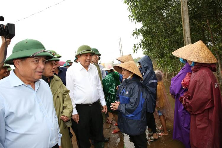 Bộ trưởng Nguyễn Chí Dũng tham gia đoàn công tác của Phó Thủ tướng Thường trực thăm hỏi nhân dân miền Trung ảnh 1