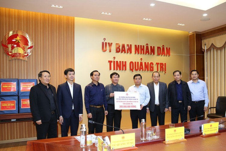 Bộ trưởng Nguyễn Chí Dũng tham gia đoàn công tác của Phó Thủ tướng Thường trực thăm hỏi nhân dân miền Trung ảnh 2